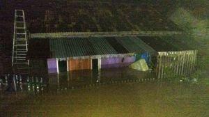Di Kembar Lestari Banjir Hampir Tenggelamkan Rumah Warga