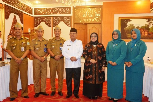 Foto bersama Camat Teladan dengan Plt Gubernur Jambi dan istri