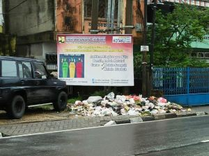 Miris...Tumpukan Sampah di Depan Spanduk Ajakan Kelola Lingkungan di Kelurahan Rajawali