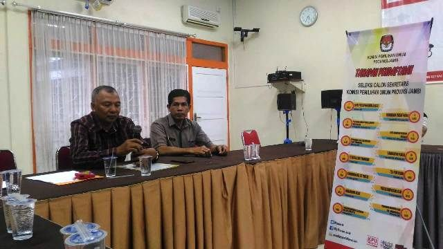 Hamid Majid (kiri) Sekretaris Panitia seleksi terbuka jabatan pimpinan tinggi pratama Sekretaris KPU Provinsi Jambi