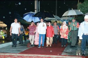 Hujan Saat Turun dari Pesawat, Jokowi Bawa Payung Sendiri