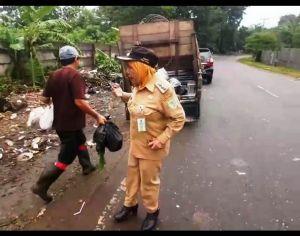 VIDEO: Camat Paal Merah Berang Ada yang Buang Sampah Sembarangan