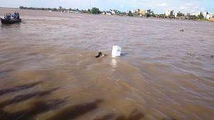 VIDEO: Simulasi KPU Provinsi Jambi Kotak Suara Dihanyutkan di Sungai Batanghari