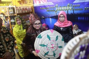 Buka Jambi Expo, Rahima Berharap Kreasi Kerajinan Pandan Populer di Jambi Expo