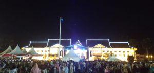Ribuan Masyarakat Padati Lapangan Kantor Gubernur Jambi Malam Ini