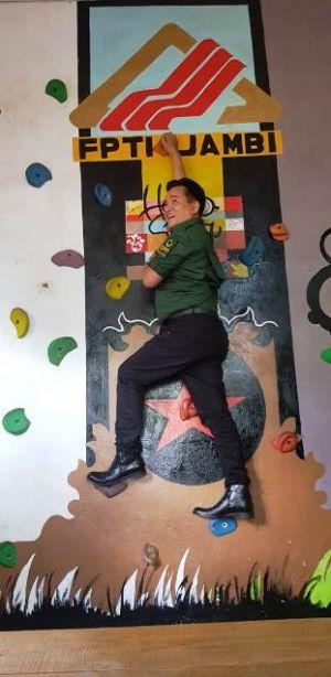 Ngopi di Hello Sapa, Yusril Coba jadi Barista dan Manjat di Dinding FPTI Jambi