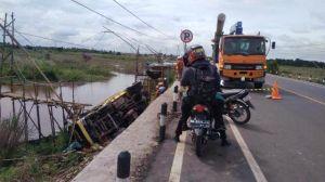 Truk Batu Bara Terjun Bebas ke Sungai di Jalan Baru