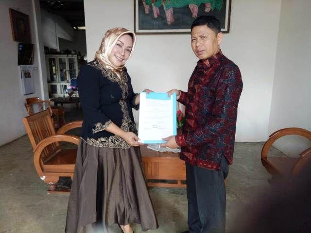 Kepala SMK Negeri 7 Tebo, Ramayani Riance bersama Kepala TVRI Arif