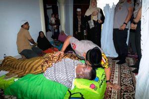 Takziah ke Rumah Anggota Brimob yang Meninggal di Tanjabbar,  Kapolda  Sampaikan Belasungkawa