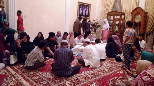 HBA saat melayat ke rumah duka dan memberikan doa
