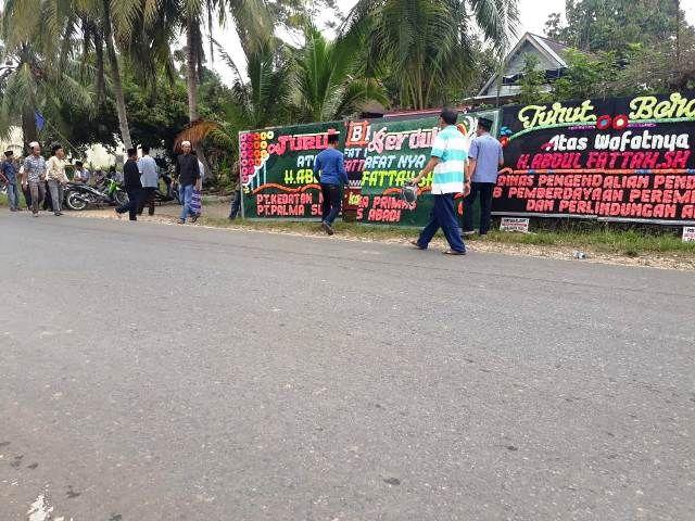 Suasana di depan rumah duka Durian Luncuk
