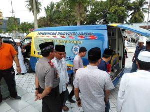 Kapolda Jambi Sambut Jenazah  Hj Hasanah di Pemakaman Nurdin Hamzah