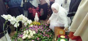 Hadiri Pemakaman Sang Nenek, Sherrin Sempatkan Baca Yasin di Makam ZN