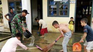 Paska Banjir, Babinsa di Tabir Ikut Bantu Bersihkan Rumah Warga