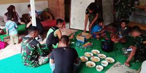 Anggota Satgas TMMD Kodim 0417/Kerinci Makan bersama di Rumah Masyarakat