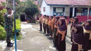 Anggota Satgas TMMD Kodim 0417/Kerinci Latih Murid SD Baris Berbaris