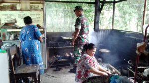Serda Anton, Satgas TMMD Kodim 0417/Kerinci Tak Canggung Bantu Ibu Sri Memasak