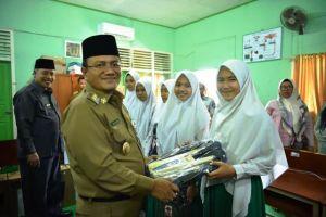 Wawako Maulana Serahkan CSR Jasa Raharja ke pada MTSN 2 Kota Jambi