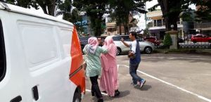 Wanita Ini Pilih Tutupi Wajahnya Usai Diperiksa KPK di Polda Jambi