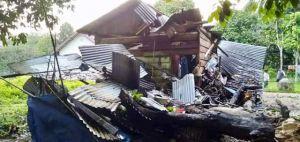 Selain Kantor Pos, Rumah Ini Rusak Parah Ditimpa Pohon Duren, Pemilik Pingsan Dibawa ke Puskemas