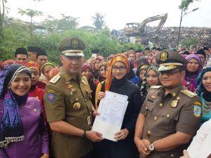 Keren...Walikota Fasha Serahkan SK CPNS di Tempat Pembuangan Sampah Akhir  Talang Gulo