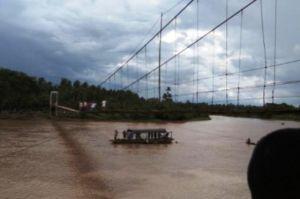 VIDEO: Detik-detik Jembatang Gantung di Bungo Bergoyang, Satu Orang Melintas Jatuh ke Sungai
