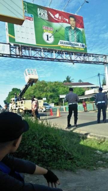 Suasana penertiban alat peraga kampanye di salah satu titik di Kota Jambi