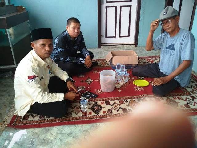 Ketua KPU Kota Jambi Yatno saat takziyah ke rumah duka bertemu keluarga di Talang Bakung