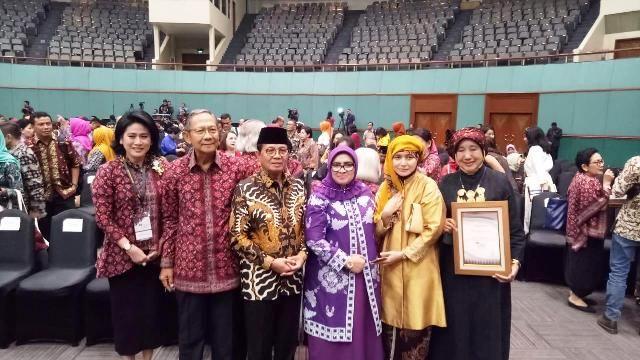 Fachrori dan istri berpose bersama Ratu Munawarrah saat di Jakarta baru-baru ini