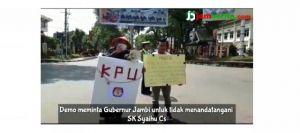 VIDEO: Aksi Pemuda Berkostum Kotak Suara Ini Minta Gubernur Tak Tandatangani SK Pemberhentian Syaihu
