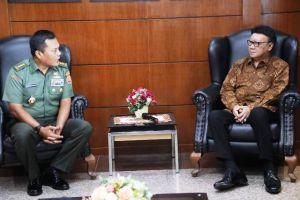 Mendagri Beri Penghargaan Anggota TNI yang Gugur dalam Pemilu 2019