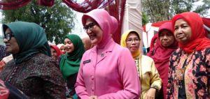 Istri Kapolda Jambi Ny Ning Muchlis Dampingi Ketua BKOW Buka Bazar Ramadhan