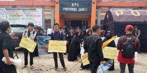 PW KAMMI Provinsi Jambi Lakukan Aksi di KPU dan Kibarkan Bendera Kuning