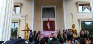 Dirikan Bendera Setengah Tiang, Aliansi Mahasiswa Segel Kantor DPRD Provinsi Jambi