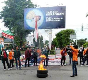 Kecam Tindakan Represif Aparat,Puluhan Mahasiswa Gelar aksi Bakar Ban di Perempatan BI Telanai