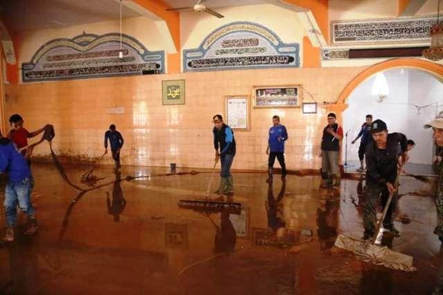 Sekda Munasri ikut membersihkan mesjid yang terdampak banjir