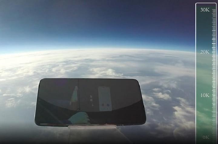 Smartphone IQOO yang dijatuhkan dari ketinggian 31.540 meter. (Iqoo/digitaltrends)