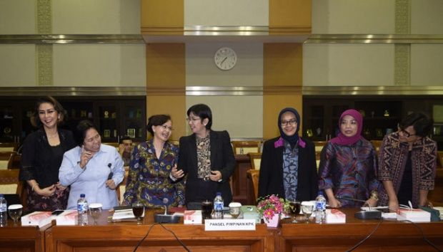 Panitia Seleksi Calon Pimpinan KPK berbincang sebelum melakukan rapat dengan Komisi III DPR di Kompleks Parlemen, Senayan, Jakarta, 17 November 2015. ANTARA/Sigid Kurniawan