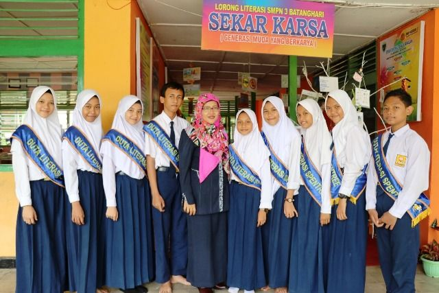 Nafisa Khairani Ariefa (lima dari kanan) bersama sejumlah duta literasi dan guru pendamping
