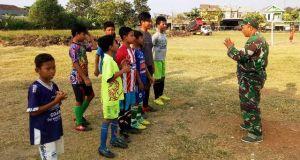Satgas TMMD Sempatkan Diri Pantau Latihan Sepak Bola