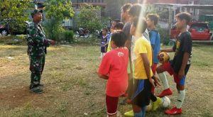 Satgas TMMD Kodim Demak Yang Piawai Melatih Sepakbola