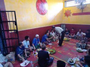 Kapolda Muchlis Makan Siang Bersama dengan Warga Binaan di Rutan Mapolda Jambi