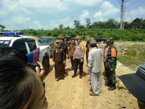 Usai Peletakan Batu Pertama Dandim 0415/Batanghari Dampingi Bupati Syahirsyah Tinjau Pembukaan Jalan