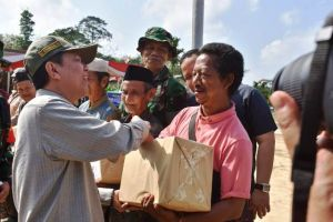 Warga SAD juga Terima Paket Sembako TMMD Kodim 0415/Bth