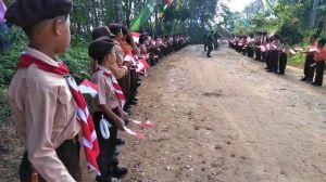 Bawa Bendera, Murid SD Berpakaian Pramuka Lengkap Sambut Tamu Pembukaan TMMD