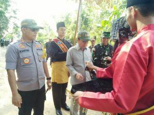 Buka TMMD di Desa Ladang Peris, Syahirsah Berikan Cangkul ke TNI dan Gergaji ke Warga