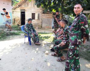 Berikan Arahan ke Satgas TMMD di Rumah Mat Sadun, Babinsa Serda Tri Purwanto: Jaga Sopan Santun
