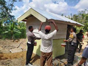 Anggota TNI, Polri dan Warga Bergotong Royong Bangun Rumah Pak Kunsen di Desa Ladang Peris