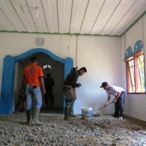 Kades Ladang Peris Ikut Pecahkan Lantai Mushollah yang Akan Diganti Keramik