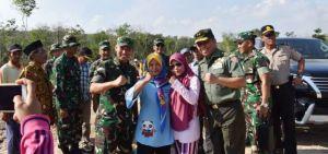 Ibu-Ibu Desa ladang Peris Berebut Swafoto, Tim Wasev Sambut Ramah Permintaan Warga